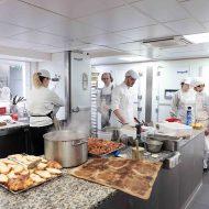 Pâtissiers dans l'atelier de la pâtisserie du Panthéon